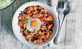 Ovos escalfados com tomate e feijão encarnado