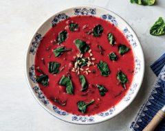 Sopa de beterraba com espinafres
