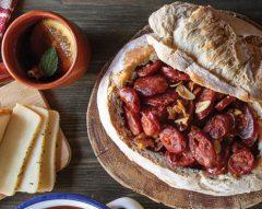 Chouriço de carne assado em pão da Avó