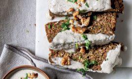 Rolo de lentilhas e vegetais com molho de cogumelos