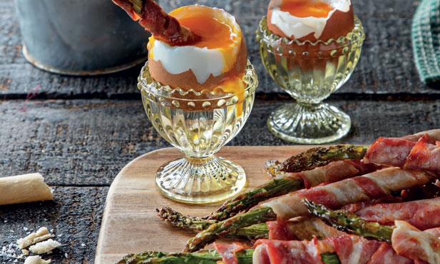Espargos enrolados em bacon com ovos