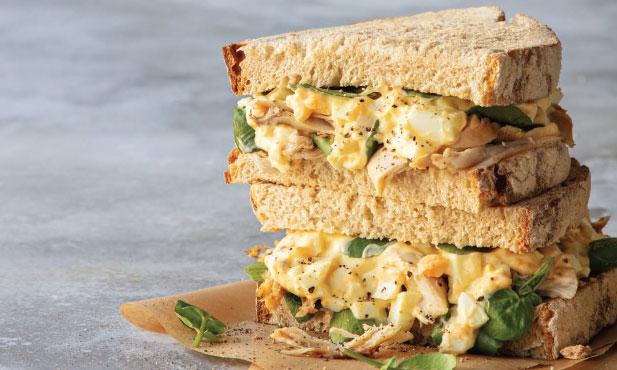 Sanduíche de frango com pasta de ovo