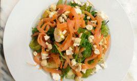 Salada de salmão fumado, feta e guacamole