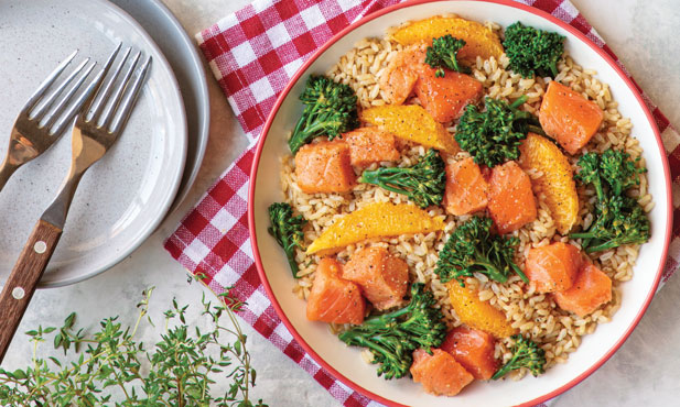Salada de arroz integral com salmão e bimis
