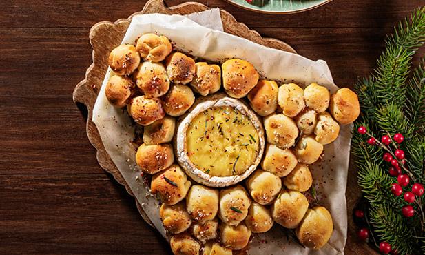 Pão recheado com doce e queijo Camembert