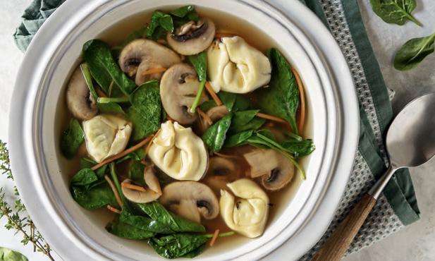 Caldo de cogumelos com tortellini