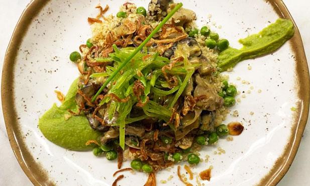 Fricassé de cogumelos com quinoa e ervilhas
