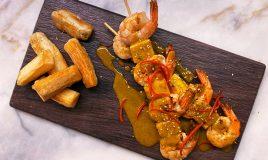 Espetadas de camarão com mandioca frita