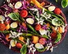 Pizza da horta com base de beterraba