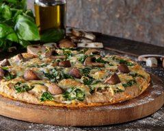 Pizza de massa integral com cogumelos