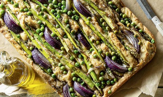 Focaccia de espargos, cebola e ervilhas