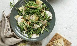 Salada com cogumelos e queijo com...
