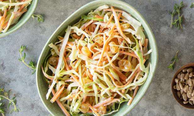 Salada coleslaw com sultanas