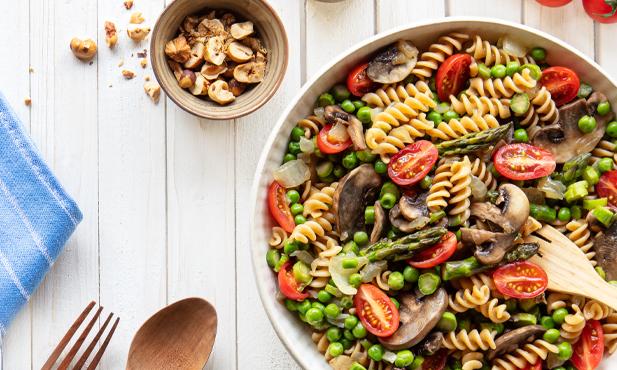 Salada morna de massa com legumes salteados