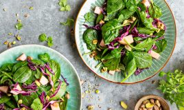 Salada de espinafres com couve-roxa
