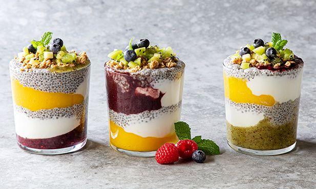 Copos de fruta com chia e granola