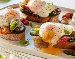 Ovos Benedict com legumes e pão de cereais