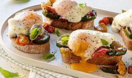 Ovos Benedict com legumes e pão de...