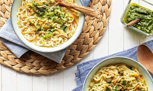 Caldo de legumes com noodles e pesto