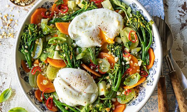 Salada de bimis e cenoura com ovos escalfados