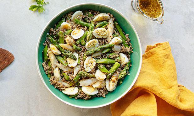 Salada de espargos, quinoa e ovos de codorniz