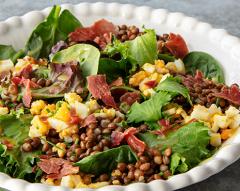 Salada de espinafres com lentilhas, ovo e presunto