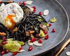 Esparguete negro com ovo escalfado