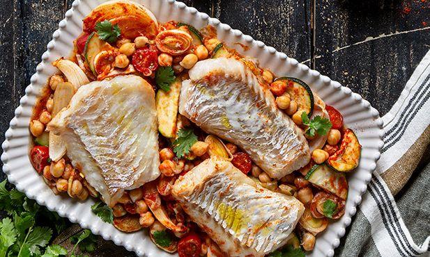 Legumes assados com grão e bacalhau fresco