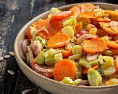 Salada quente de cenoura e talos de brócolos