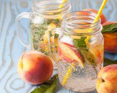 Água de pêssego e abacaxi