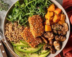 Bowl de tofu panado, abacate e quinoa