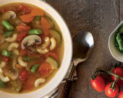Caldo de legumes com espargos