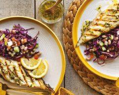 Peixe-espada grelhado com salada de feijão-frade