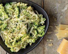 Salada de brócolos com parmesão