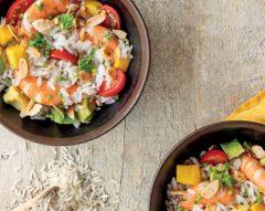 Salada fria de arroz com camarão e abacate